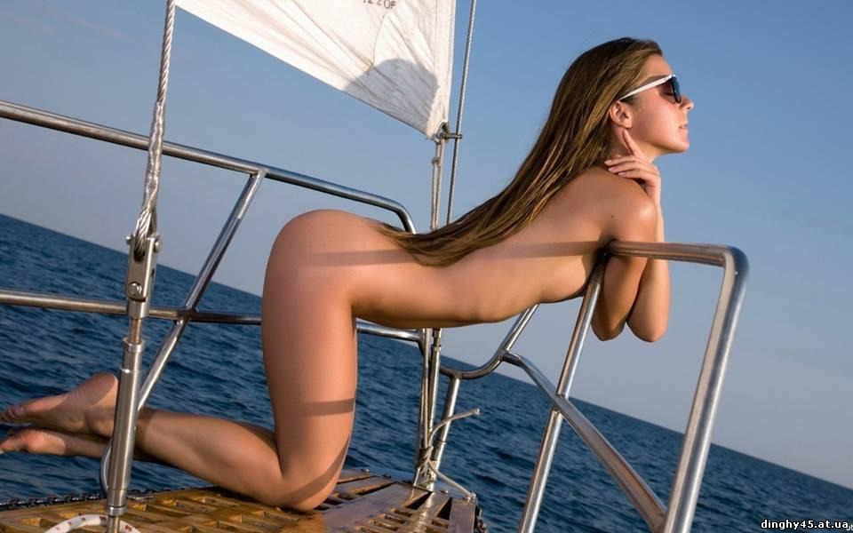 Попки голых девушек в очках фото